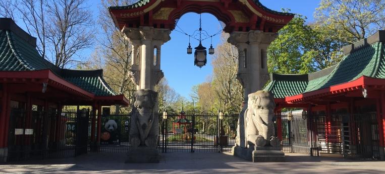 geschlossener Eingang des Berliner Zoos