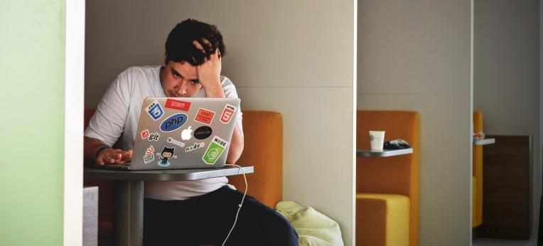 Symbolbild: Mann am Computer