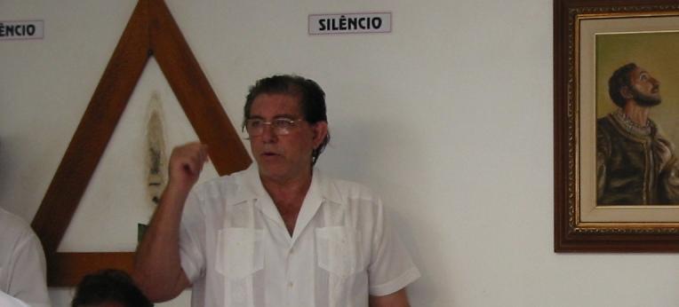"João Teixeira de Faria (links) nach einer ""psychic surgery"""