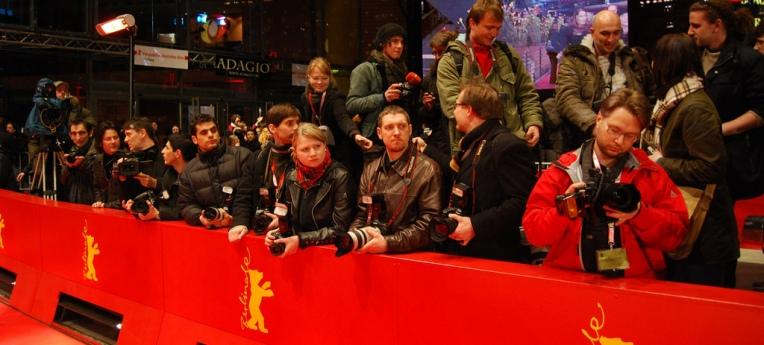 Journalisten warten am Roten Teppich der Berlinale.