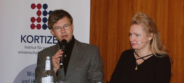 Helmut Fink (li.) stellt Susanna Berndt (r.) vor