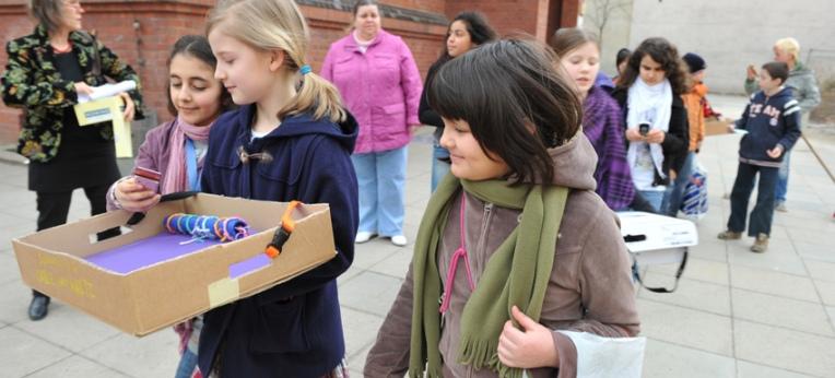 Lebenskunde-SchülerInnen bei einer Aktion zum Tag der Kinderrechte