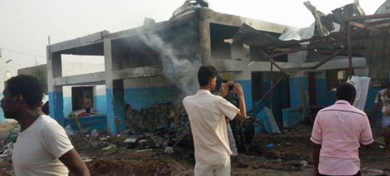 Mehrere Menschen betrachten das Ausmaß der Zerstörung, die durch einen Luftangriff auf das Krankenhaus in Abs verursacht wurde.