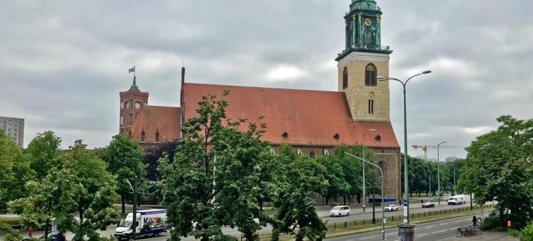 Kirche und Staat: Marienkirche (vorne) und Rotes Rathaus (hinten) in Berlin
