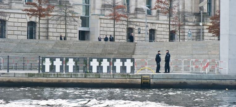 Die Kreuze an der Spree (fotografiert am 11. November 2014)