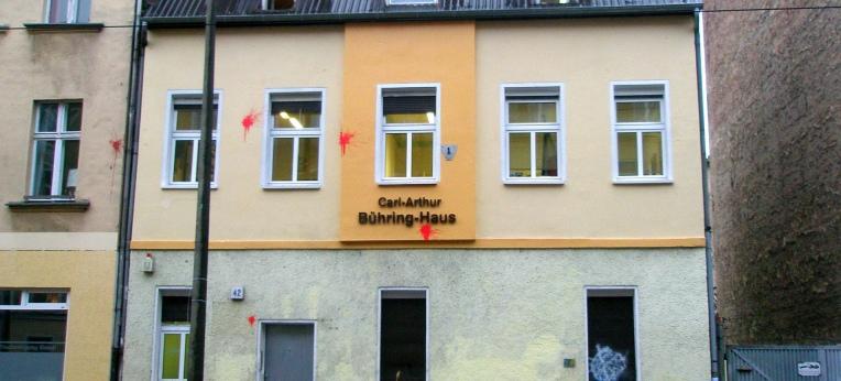 Die Bundesgeschäftsstelle der NPD in Berlin-Köpenick mit Spuren von Farbbeuteln