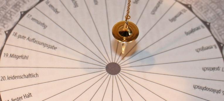 Hokuspokus mit einem Pendel. Auch das wird auf der Messe zu sehen sein.