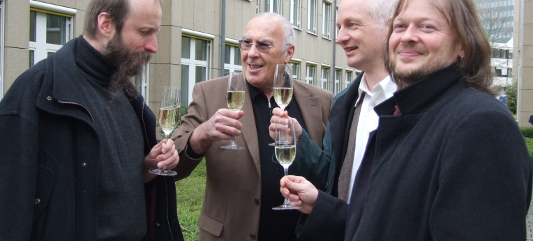 Gunnar Schedel (Alibri Verlag), Herbert Steffen (Gründer der Giordano-Bruno-Stiftung), Helge Nyncke (Illustrator) und Michael Schmidt-Salomon (Autor) feiern 2006 die erfolgreiche Rettung des kleinen Ferkels.