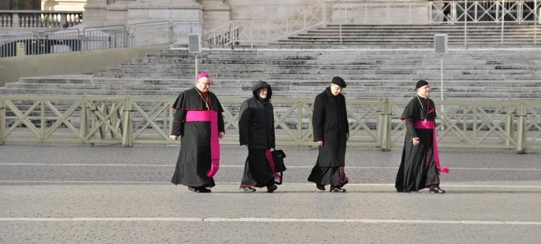 Katholische Würdenträger auf dem Petersplatz