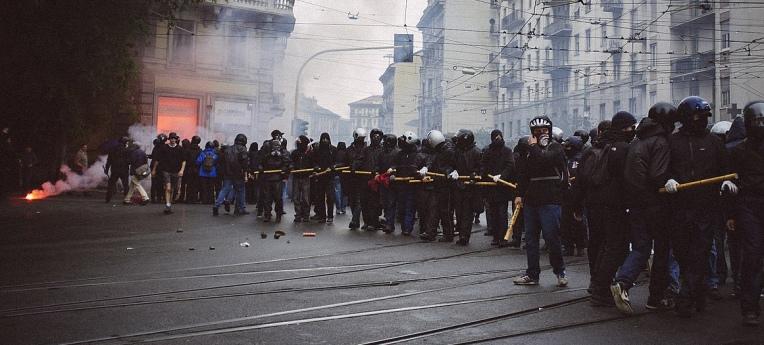"""Der """"Schwarze Block"""" bei Protesten gegen die Expo 2015 in Mailand"""