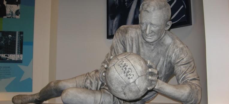 """Skulptur von """"Bert"""" Trautmann im Manchester City Museum"""