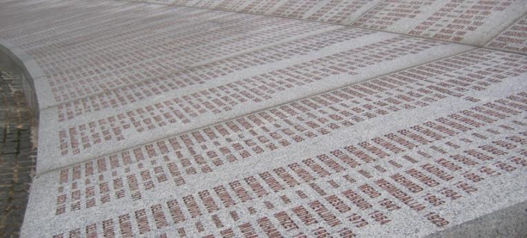 Namenstafel an der Völkermord-Gedenkstätte in Potočari in der Nähe von Srebrenica.