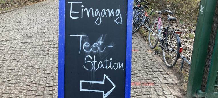 Hinweisschild zur Corona-Teststation in Berlin-Weißensee