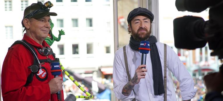 Jacques Tilly kommentierte während des Rosenmontagszuges eine Sondersendung im WDR.