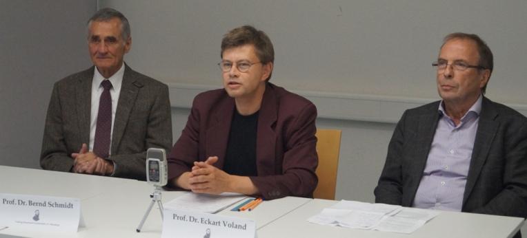 Das Podium: Prof. Dr. Bernd Schmidt, Helmut Fink, Prof. Dr. Eckart Voland (v. l. n. r.)