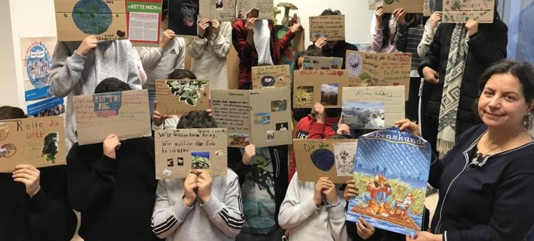 Die SchülerInnen zeigen ihre Plakate.