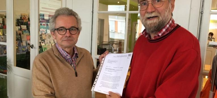 Erwin Schmid übergibt die Verleihungsurkunde an Frank Riegler.