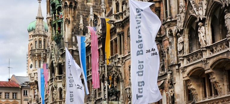 Weiße Fahnen am Münchner Rathaus