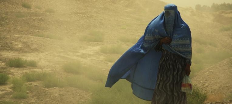 Mit einer Burka verschleierte Frau in Afghanistan