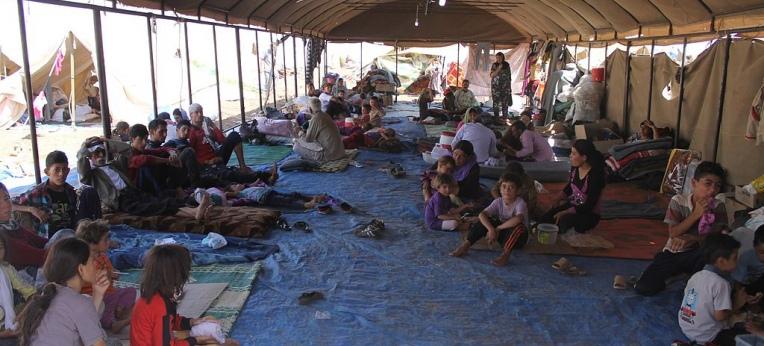 Jesidische Flüchtlinge aus dem Irak erhalten im Camp Newroz Hilfe vom International Rescue Committee (nordsyrische Provinz al-Hasaka, August 2014)