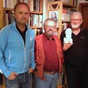 Heiner Jestrabek (r.), Sven Schirmer und Dr. Wolfgang Proske, zwei seiner Mitvorständler und Feierredner
