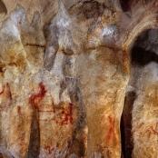 Höhlenmalerei in der Höhle La Pasiega (Sektion C). Das leiterartige Gemälde aus waagrechten und senkrechten Linien (Mitte links) ist über 64.000 Jahre alt und muss daher von Neandertalern stammen.