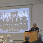 Vortragender Dr. Reinhold Lütgemeier-Davin, im Hintergrund ein Bild der Teilnehmer der deutsch-polnischen Verständigungskundgebung der Liga von 1929