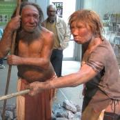 Neues Model eines Neandertalers (Mann und Frau) im Neandertal-Museum