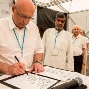 Max-Planck-Direktor Stefan Hell unterzeichnet die Mainauer Deklaration zum Klimawandel.
