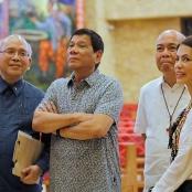 Rodrigo Duterte (2. v. l.)