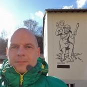 Alexander Michael Stier vor der Christophorus-Grundschule