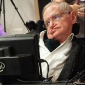 Stephen Hawking mit einem Buch über sein Werk von unserem Autor Rüdiger Vaas.