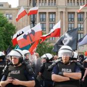 Polnische Polizei schützt Nationalisten und Faschisten am 1. Mai 2018 in Warschau