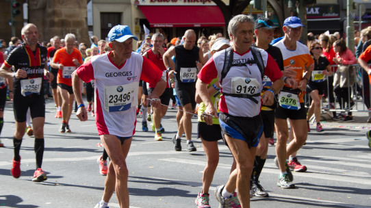 Beim Berlin-Marathon laufen auch alte Menschen mit.