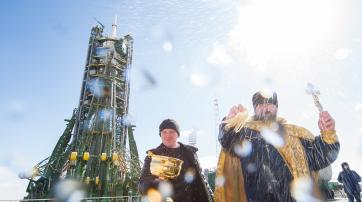 Als Priester darf man immer eine Art Phallus in die Luft halten und Wasser durch die Gegend spritzen, und alle müssen dabei ernst bleiben: Raketenstart in Baikonur.