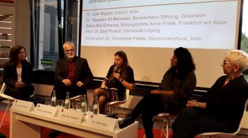 Auf dem Podium: Dr. Yasemin El-Menouar, Moderatorin Christiane Florin,  Prof. Dr. Gert Pickel, Saba-Nur Cheema, Dr. Lale Akgün (v. l.)