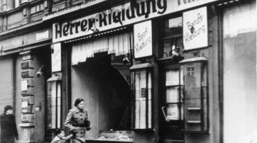 Zerstörtes jüdisches Geschäft in Magdeburg, November 1938