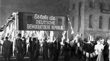 Fackelzug der FDJ zur Gründung der DDR am 7. Oktober 1949