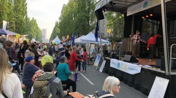 Tanz auf und vor der großen Bühne der Humanisten auf dem Corso Leopold 2018.