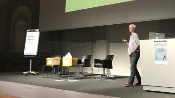 Frau Prof. von Luxburg demonstriert eine selbstlernende Software aus Zetteln in Briefumschlägen