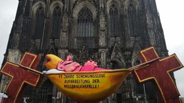 """Der """"Hängemattenbischof"""" vor dem Dom"""