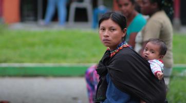 Indigene Frau mit Kind in Kolumbien