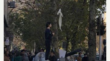 Diese tapfere iranische Frau befestigte ihren Schleier als Protest gegen den obligatorischen Hijab an einem Stock, den sie dann wie eine Fahne schwenkte. Sie und die Gruppe junger Menschen, die sie unterstützten, wurden danach von Sicherheitskräften verha
