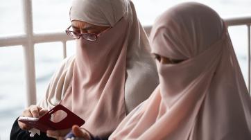 Zwei Frauen mit Nikab