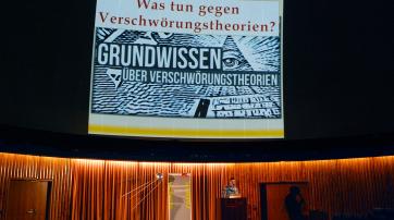 """Bernd Harder bei der Kortizes-Vortragsreihe """"Vom Reiz des Übersinnlichen""""."""