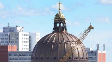 Die kreuzgekrönte Kuppel auf dem Berliner Humboldt Forum.