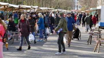 Trotz der auch in Berlin verhängten Einschränkungen war der Wochenmarkt in Berlin-Schöneberg am 4. April 2020 gedrängt voll.