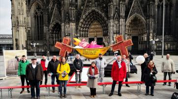 """Mitglieder des """"Aktionsbündnisses Betroffeneninitiativen"""" und Aktivistenvor dem Kölner Dom"""