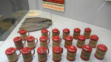 Museologisch besonders gelungen ist das Arrangement von 30 Sammelbüchsen des NS-Winterhilfswerks ...
