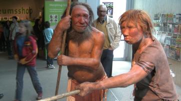 Neues Modell eines Neandertalers (Mann und Frau) im Neandertal-Museum